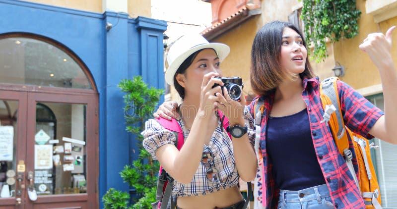 De Aziatische samen en gelukkige vrouwenrugzakken die nemen foto lopen en kijkend beeld, ontspan tijd op de reis van het vakantie stock foto