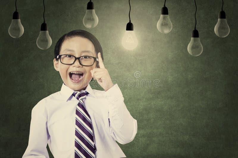 De Aziatische schooljongen vervoert zijn idee royalty-vrije stock foto