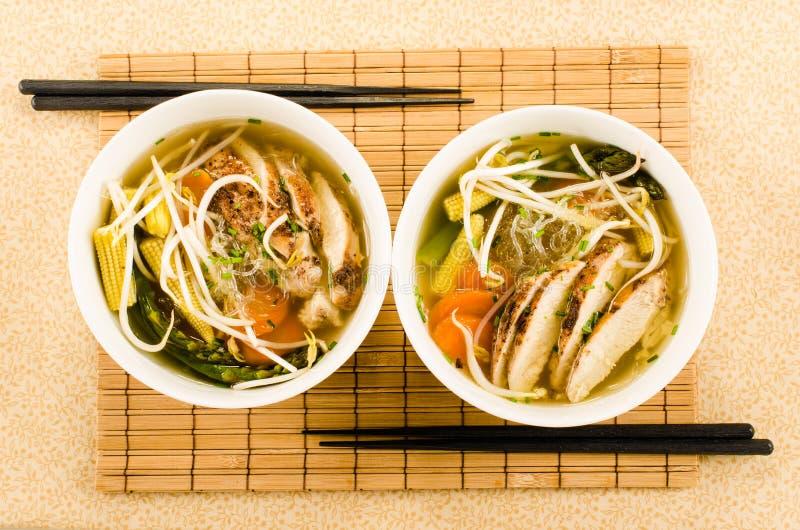 De Aziatische soep van de kippennoedel met glasnoedels, straalspruiten en v royalty-vrije stock fotografie