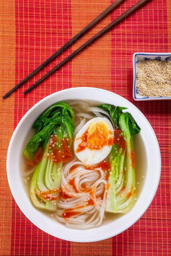 De Aziatische Soep van Rijstnoedels met Bok Choi stock afbeelding