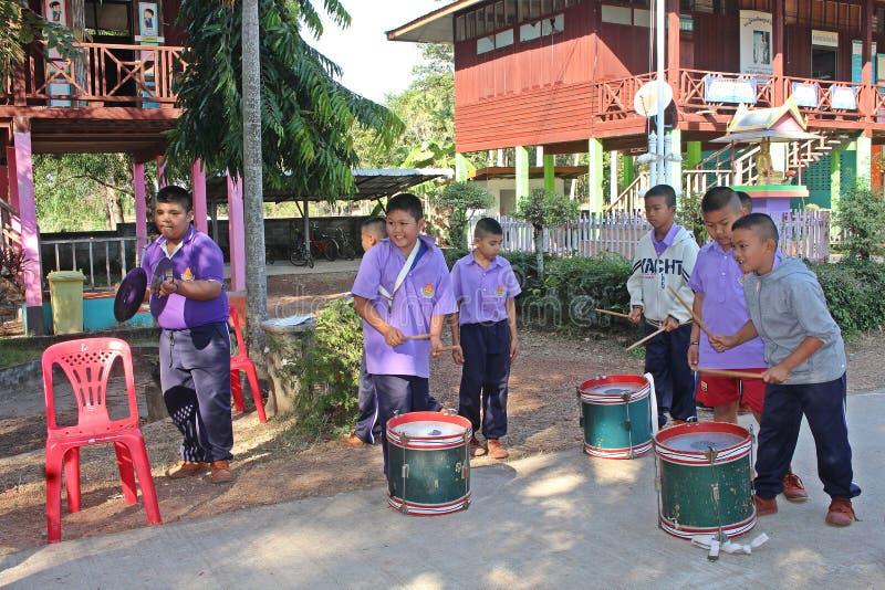 De Aziatische studenten leren de muzieknota stock foto