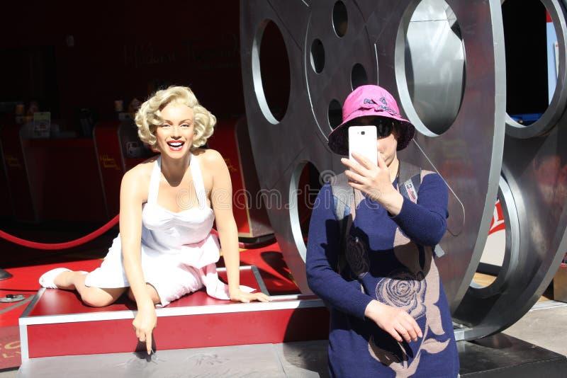 De Aziatische toerist neemt selfie met Marilyn Monroe royalty-vrije stock afbeelding