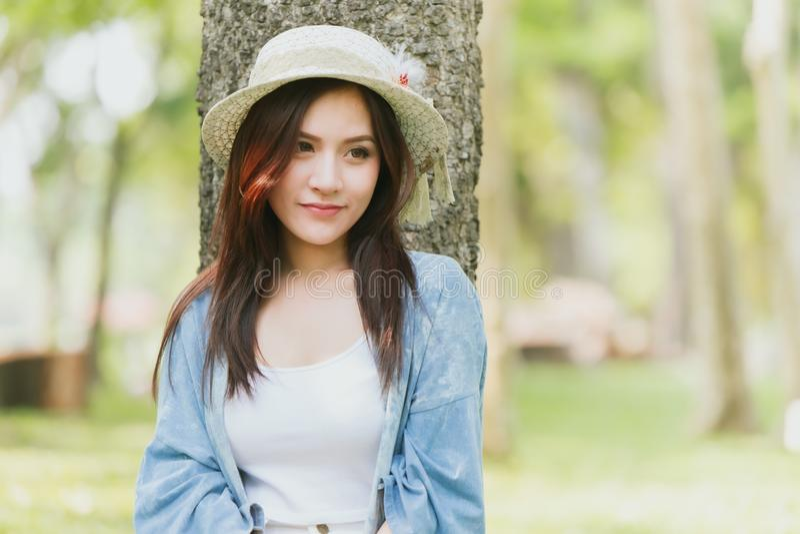 De Aziatische toevallige zomer van het tienermeisje in park het openluchtdag dromen royalty-vrije stock afbeelding