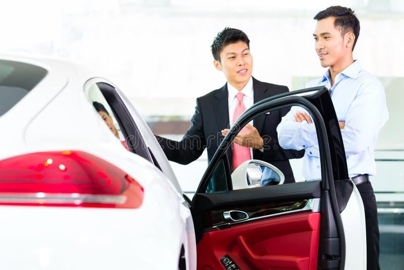 De Aziatische verkopende auto van de Autoverkoper stock fotografie