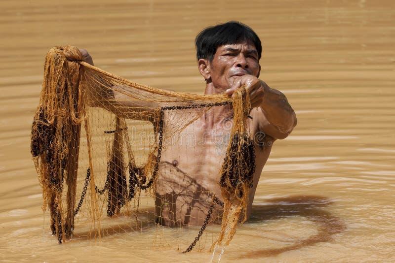 De Aziatische visser met werpt netto royalty-vrije stock fotografie