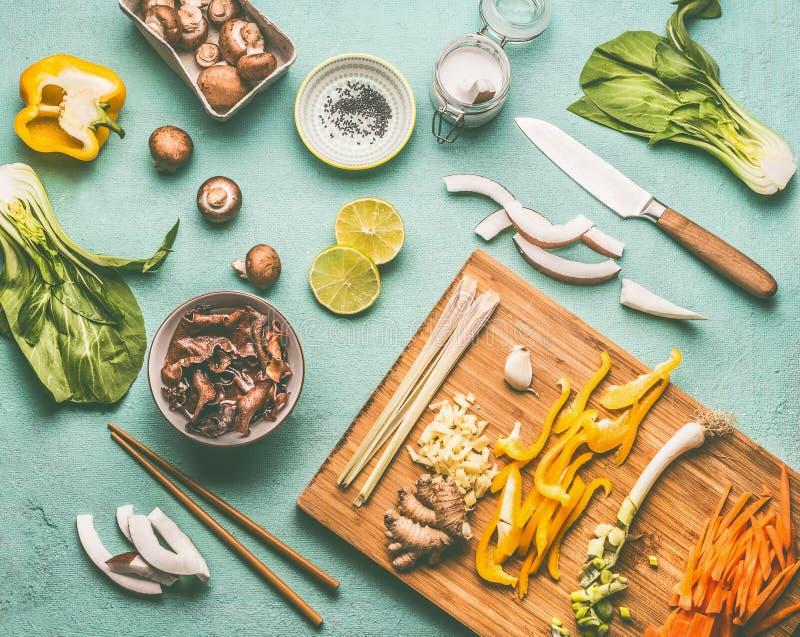 De Aziatische voedselvlakte legt met eetstokjes en smakelijke ingrediënten: Mu vergist zich Paddestoelen, diverse groenten, pok c royalty-vrije stock foto's