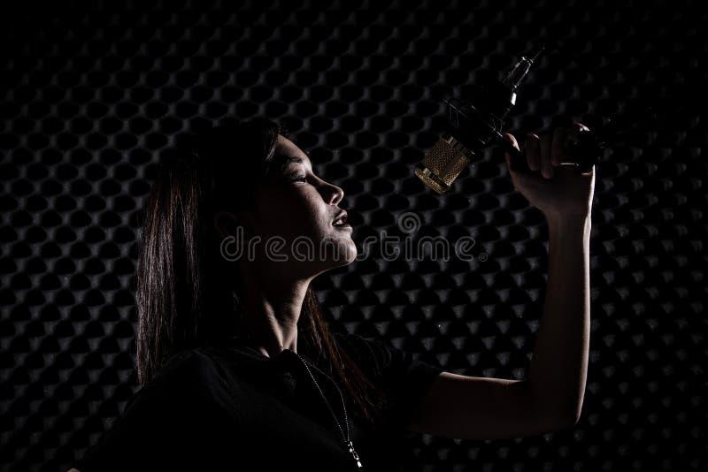 De Aziatische Volwassen Vrouw zingt luid een geluid van de liedmacht stock afbeeldingen
