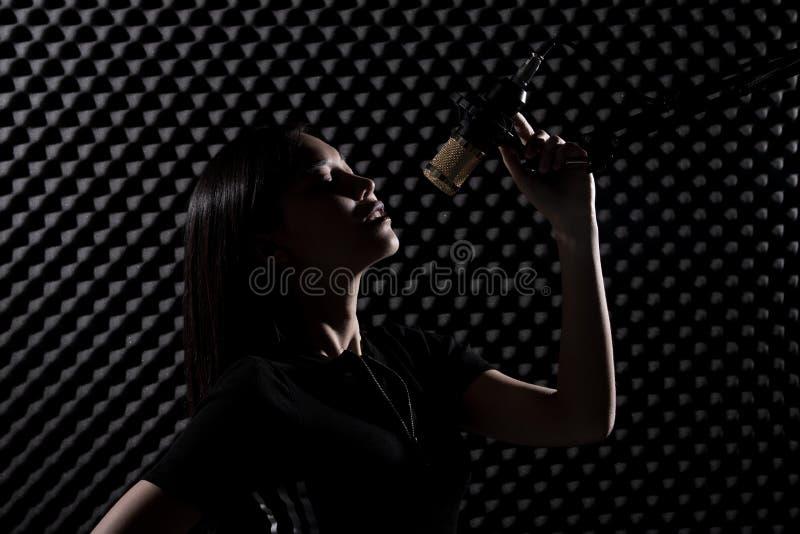 De Aziatische Volwassen Vrouw zingt luid een geluid van de liedmacht stock foto's