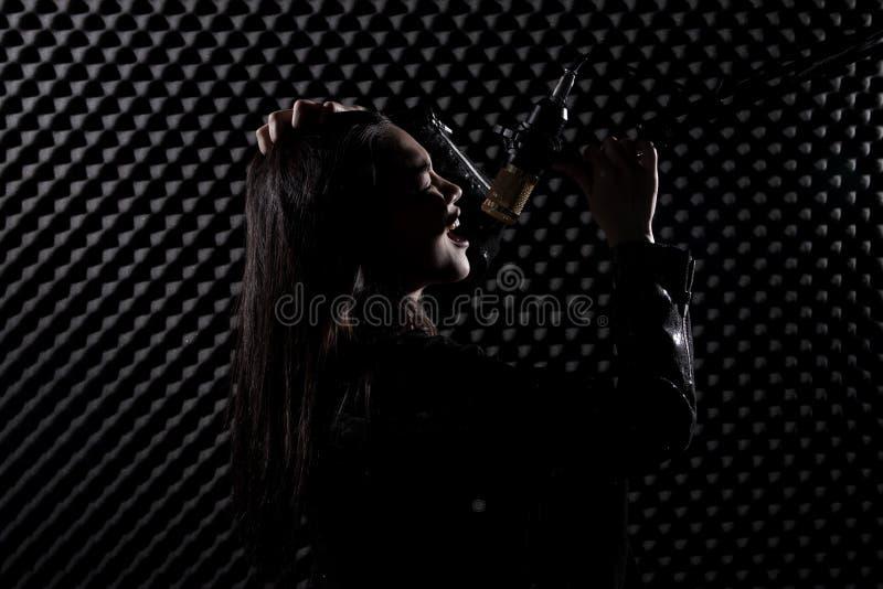 De Aziatische Volwassen Vrouw zingt luid een geluid van de liedmacht royalty-vrije stock afbeelding