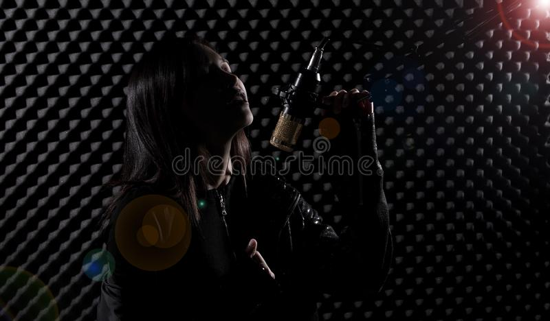De Aziatische Volwassen Vrouw zingt luid een geluid van de liedmacht royalty-vrije stock foto