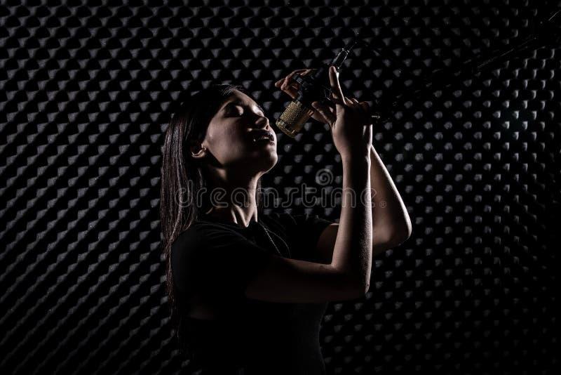 De Aziatische Volwassen Vrouw zingt luid een geluid van de liedmacht stock foto