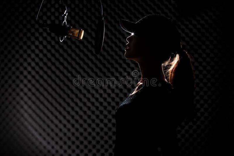 De Aziatische Volwassen Vrouw zingt luid een geluid van de liedmacht royalty-vrije stock fotografie