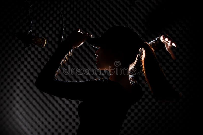 De Aziatische Volwassen Vrouw zingt luid een geluid van de liedmacht royalty-vrije stock afbeeldingen