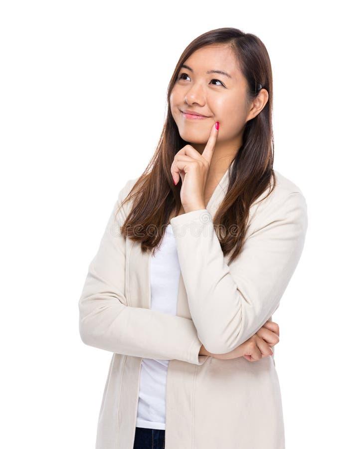 De Aziatische vrouw denkt aan idee stock foto