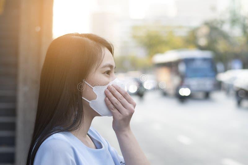 De Aziatische vrouw draagt beschermingsmasker om slechte luchtvervuiling PM2 te beschermen 5 stock foto's