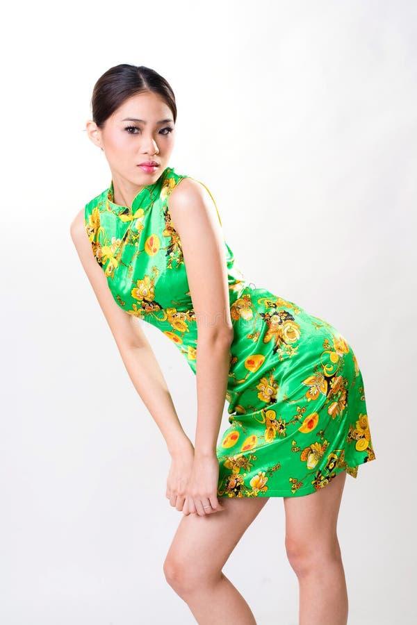 De Aziatische vrouw draagt Chinese traditionele kleding stock afbeeldingen