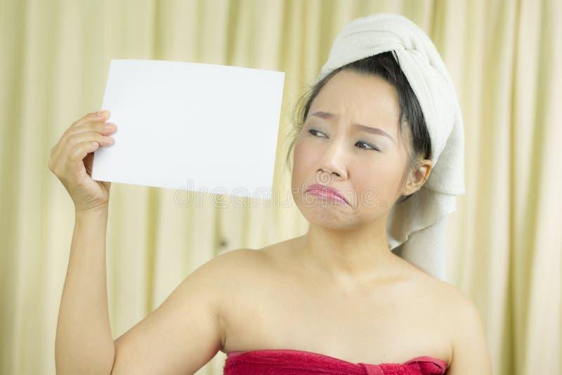 De Aziatische vrouw draagt een rok om haar die borst na washaar te behandelen, in Handdoeken na Douche wordt verpakt houdend lege stock fotografie