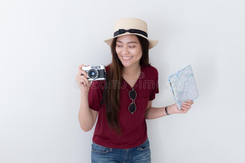 De Aziatische vrouw gebruikt een filmcamera om op witte achtergrond te schieten royalty-vrije stock fotografie
