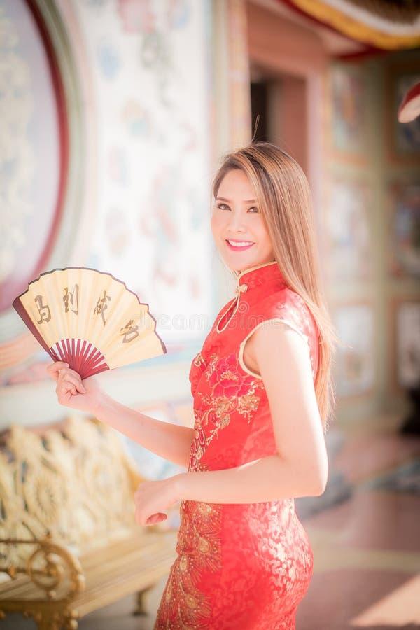 De Aziatische vrouw in het Chinese couplet 'succes' van de kledingsholding (Kin royalty-vrije stock fotografie