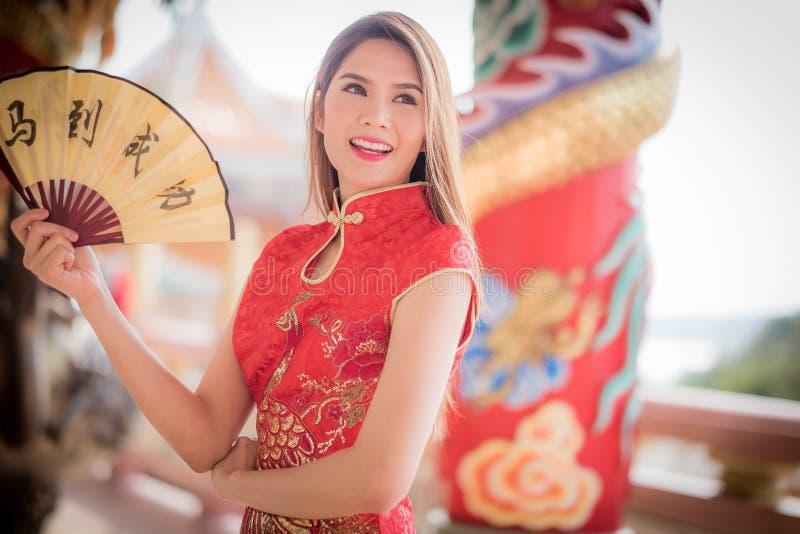 De Aziatische vrouw in het Chinese couplet 'succes' van de kledingsholding (Kin royalty-vrije stock afbeelding