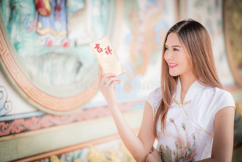De Aziatische vrouw in het Chinese 'Gelukkige' couplet van de kledingsholding (Ruggegraat royalty-vrije stock afbeeldingen