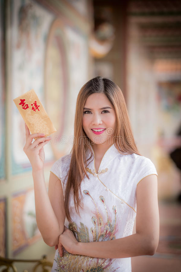 De Aziatische vrouw in het Chinese 'Gelukkige' couplet van de kledingsholding (Ruggegraat royalty-vrije stock fotografie