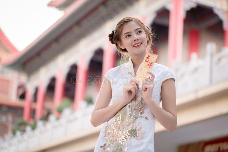 De Aziatische vrouw in het Chinese 'Gelukkige' couplet van de kledingsholding (Ruggegraat royalty-vrije stock foto's