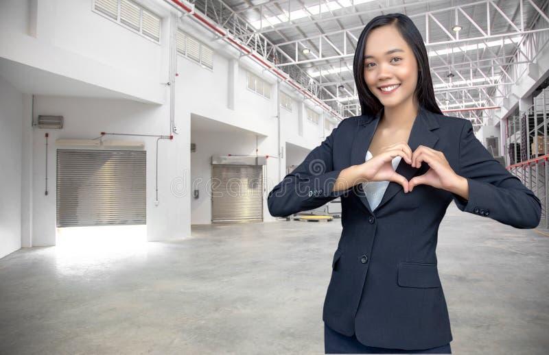 de Aziatische vrouw maakt hartsynbol op logistische zaken royalty-vrije stock foto's