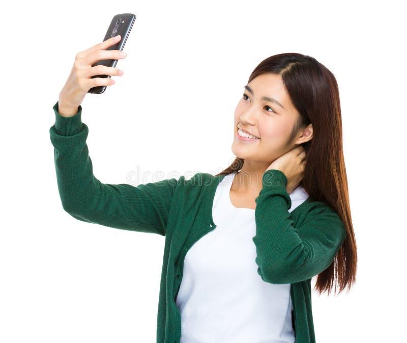 De Aziatische vrouw neemt selfie stock afbeeldingen