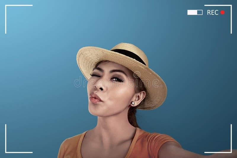 De Aziatische vrouw neemt selfie op camera royalty-vrije stock afbeelding
