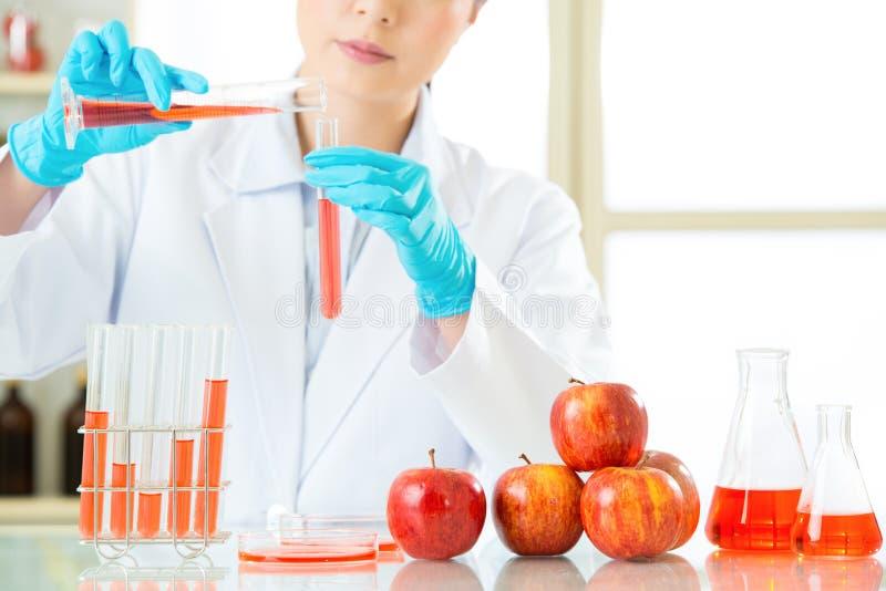De Aziatische vrouwelijke wetenschapper testende genetische modificatie zal o.k. zijn royalty-vrije stock afbeelding