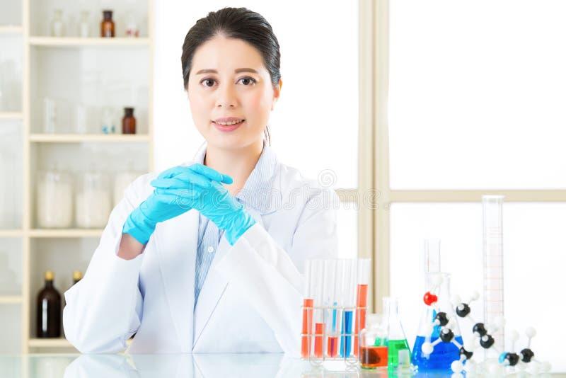 De Aziatische vrouwelijke wetenschapper weet de antwoorden allen in de details zijn stock afbeeldingen