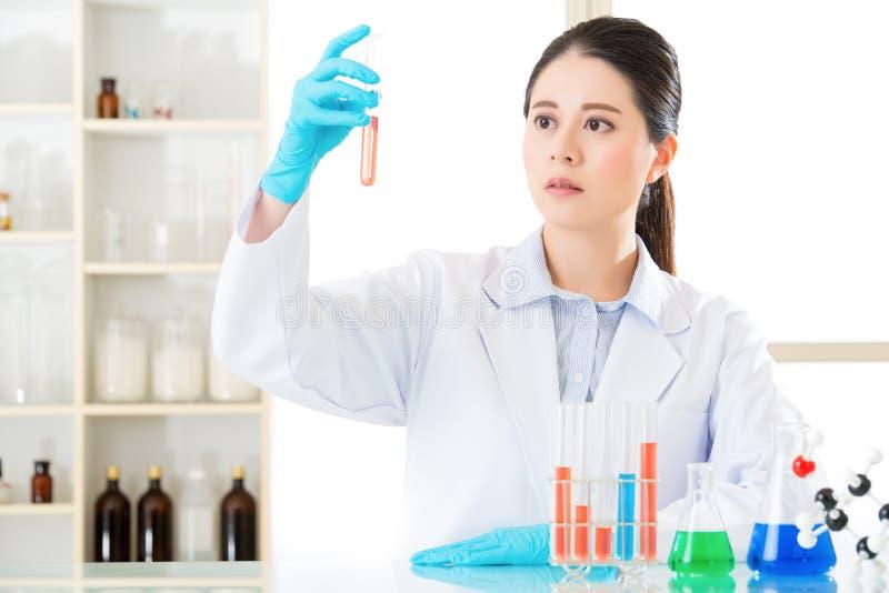 De Aziatische vrouwelijke wetenschapperkennis is macht stock fotografie