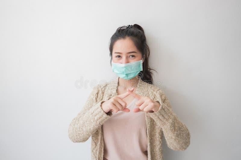 De Aziatische vrouwen dragen gezondheidsmaskers om kiemen en stofgedachten over gezondheidszorg te verhinderen stock fotografie
