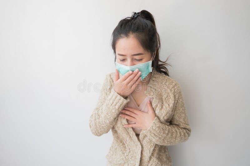 De Aziatische vrouwen dragen gezondheidsmaskers om kiemen en stofgedachten over gezondheidszorg te verhinderen royalty-vrije stock foto