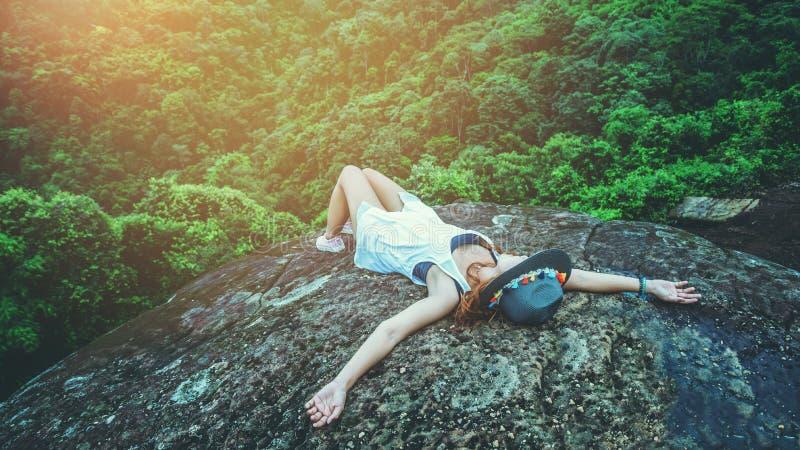 De Aziatische vrouwen reizen aard De reis ontspant de slaap ontspant op de klippenrotsen thailand royalty-vrije stock afbeelding