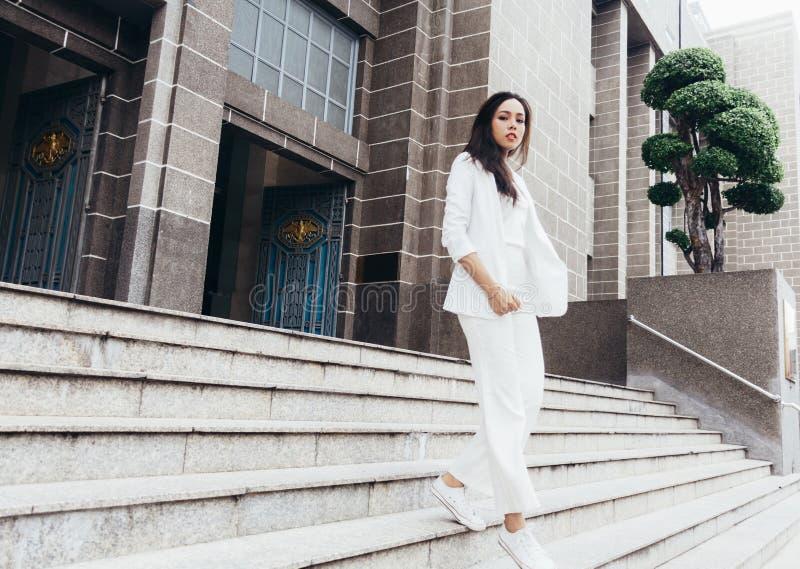 De Aziatische vrouwen zijn mooie onderneemster stock afbeelding