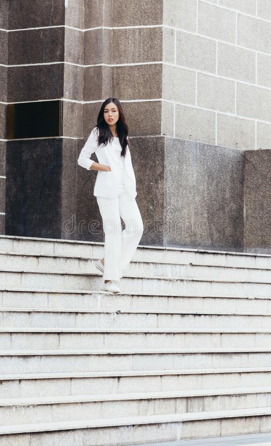 De Aziatische vrouwen zijn mooie onderneemster stock foto's