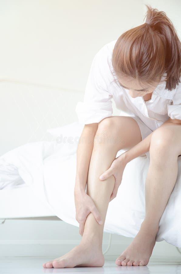 De Aziatische vrouwen zijn niet comfortabel met pijn stock foto