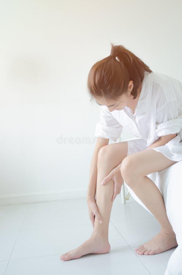 De Aziatische vrouwen zijn niet comfortabel met pijn stock fotografie