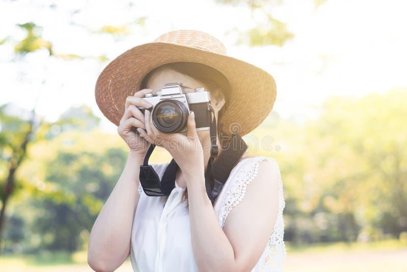 De Aziatische vrouwenfotograaf neemt foto royalty-vrije stock foto