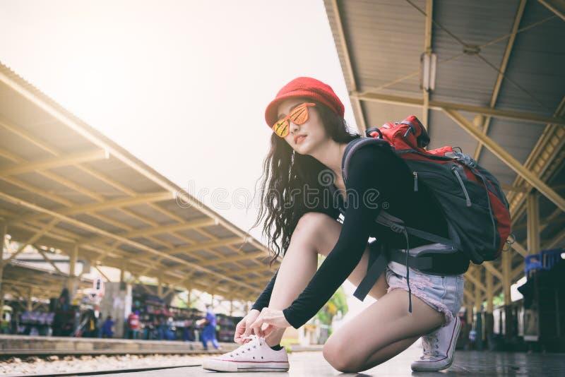 De Aziatische vrouwenreiziger heeft bindend schoenkant voor het reizen door trein royalty-vrije stock fotografie