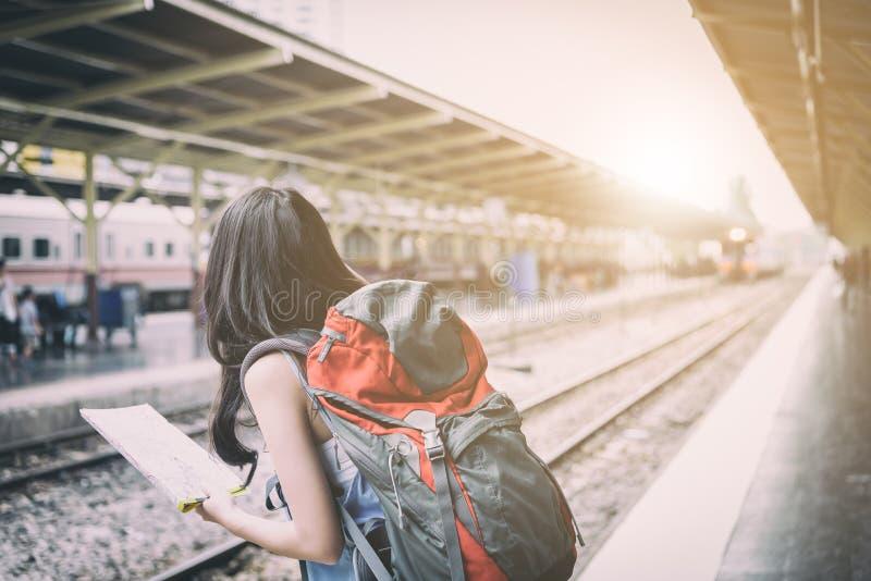 De Aziatische vrouwenreiziger heeft het wachten van de trein bij Hua Lamphong-post in Bangkok, Thailand stock foto