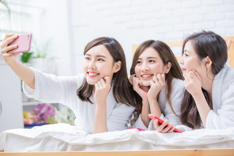 De Aziatische vrouwenvriend neemt selfie stock foto