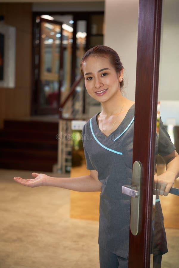 De Aziatische werknemer die van de schoonheidssalon u welkom heten royalty-vrije stock fotografie