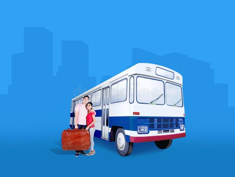 De Aziatische zak die van de paar dragende koffer zich naast de bus bevinden royalty-vrije stock afbeeldingen