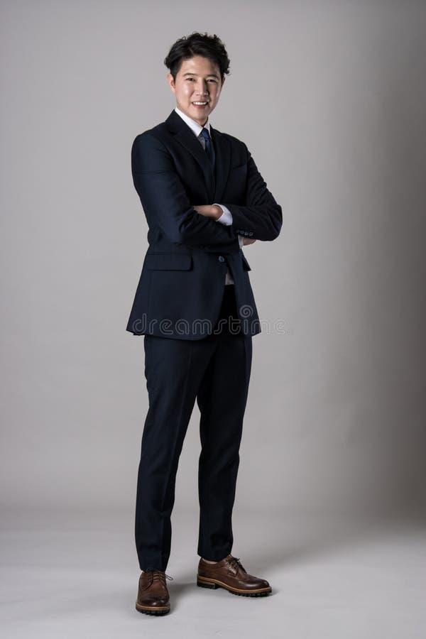 De Aziatische zakenman die van het oosten de foto van het studioportret schieten royalty-vrije stock afbeelding