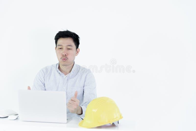 De Aziatische zitting van de het salarismens van de werknemersingenieur bij bureau en het werken w royalty-vrije stock foto's