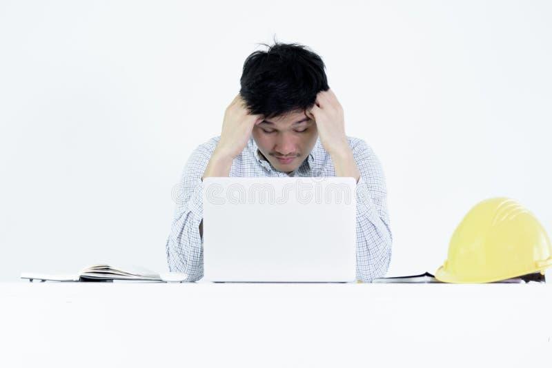 De Aziatische zitting van de het salarismens van de werknemersingenieur bij bureau en het werken w stock foto's