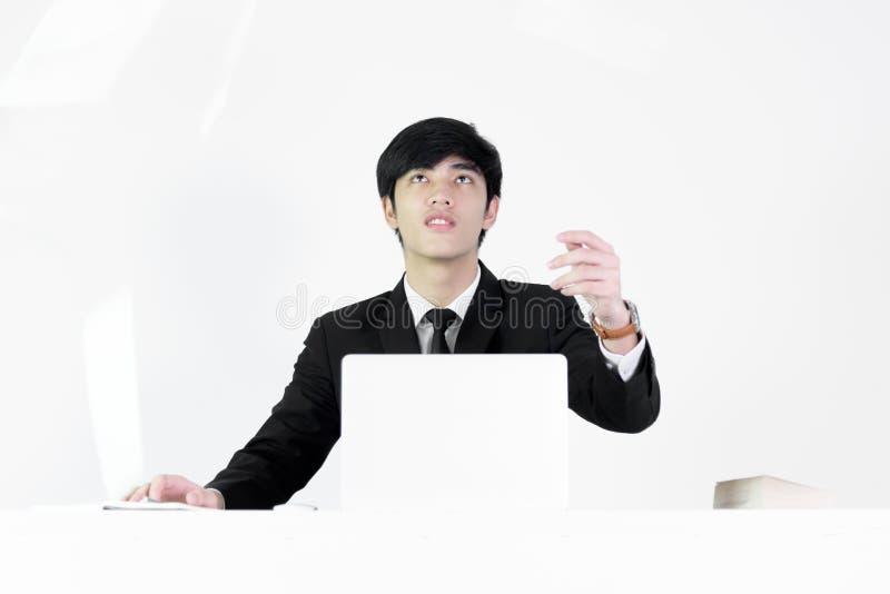 De Aziatische zitting van de managerzakenman bij bureau die documenten met F werpen royalty-vrije stock fotografie